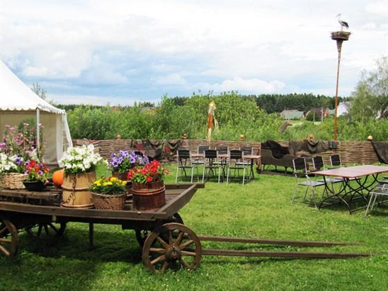 Ресторан Первак - фотография 22 - Внутренний двор -летняя поляна ресторана Первак