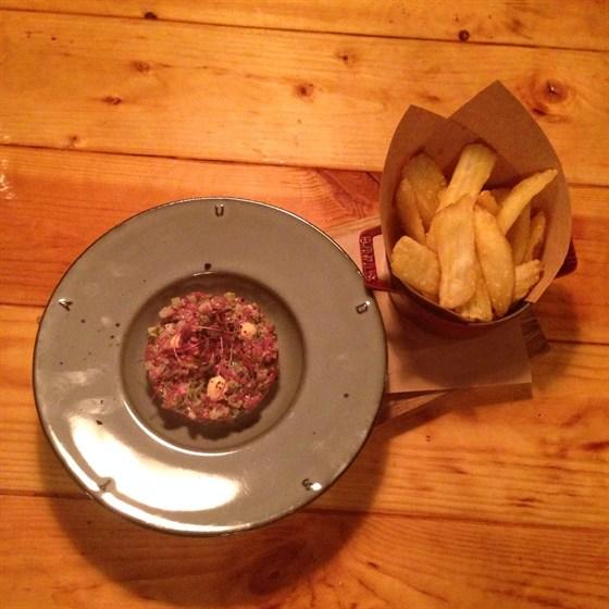 Ресторан Чугунный мост - фотография 1 - Тартар из говядины с картофелем-фри в кукурузной панировке