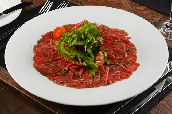 Ресторан Метаморфоз - фотография 25 - Карпаччо из говядины маринованной в коньяке, с салатом руккола, томатами черри и заправкой из дижонской горчицы