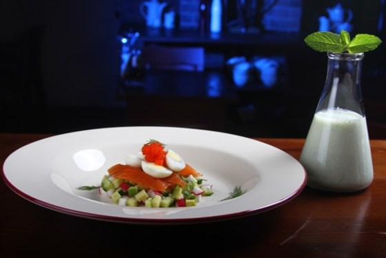Ресторан Funky Lab - фотография 30 - О'крошка на йогурте с соком лимона и мятой, с лососем, икрой летучей рыбы, авокадо и пр.