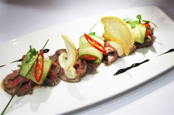 Ресторан Де Марко - фотография 30 - Говяжий ростбиф, приготовленный в Де Марко на Смоленской из мраморного мяса, с чили соусом, домашним хреном и свежими овощами.