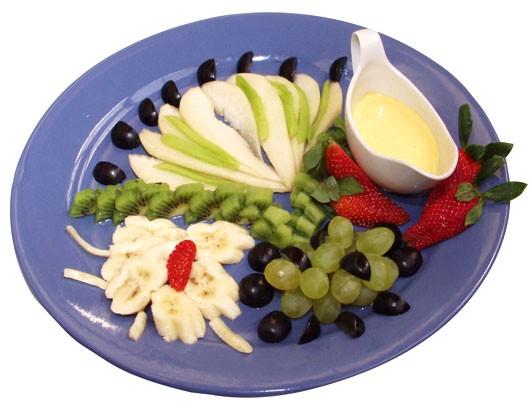 Ресторан Джаганнат - фотография 12 - Фруктовый салат (1/150)  Цена: 150 руб.   Груша, виноград, банан, киви, клубника, соус манго со сливками.