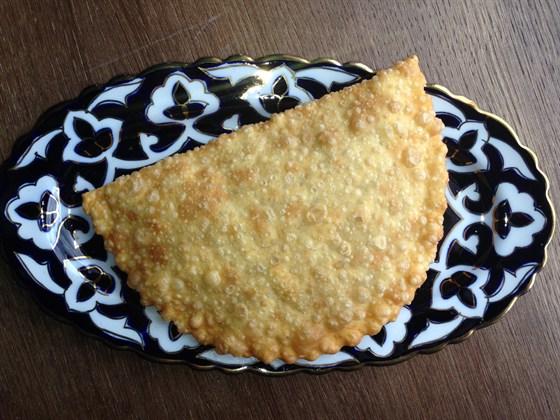 Ресторан Сухофрукты - фотография 10 - Узбекский чебурек с бараниной 1шт-140 руб
