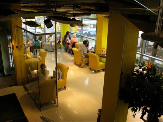 Ресторан Поль-бейкери - фотография 5 - Вид зала кафе (первый этаж) со второго этажа