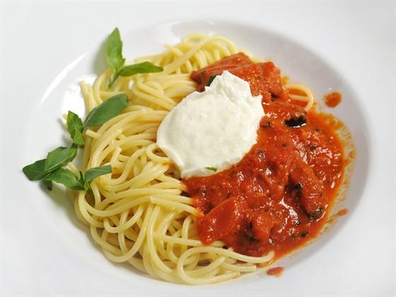 "Ресторан Farina Bianca - фотография 8 - спагетти ""алла Норма"" с баклажанами, моццареллой ди Буффалла и базиликом - 450 руб."