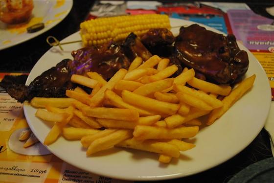 Ресторан Beverly Hills Diner - фотография 12 - Свиные рёбрышки барбекю с картофелем фри и кукурузой.