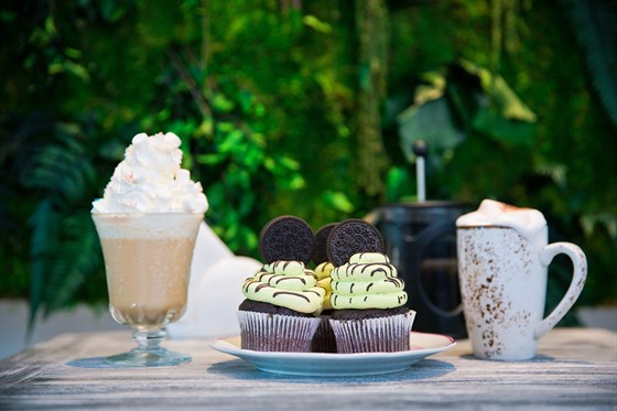 Ресторан Hand Made Cake - фотография 9 - Фисташковый капкейк с печеньем Орео