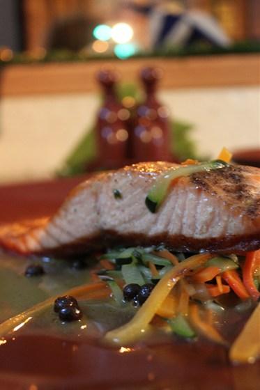 Ресторан Calcio - фотография 3 - филе лосося с овощным жульеном