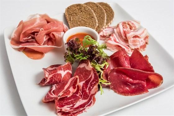 """Ресторан Де Марко - фотография 8 - Ассорти из итальянских колбас-итальянские колбасы(панчетто, шейка коппа, бризаола, пармская ветчина,) подается с соусом """"арабьята"""" и гренками из черного хлеба."""