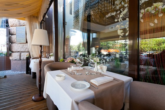 Ресторан Де Марко - фотография 15 - ВКУСНОЕ ЛЕТО В КАФЕ ДЕ МАРКО Изумительная летняя веранда, оформленная в стиле лучших итальянских курортов, встретит вас гостеприимством и навеет воспоминания о прибое, парусниках и беззаботном отдыхе.