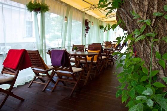 Ресторан Discovery - фотография 17 - Летняя терраса ресторана Discovery с системой охлаждения туманом.