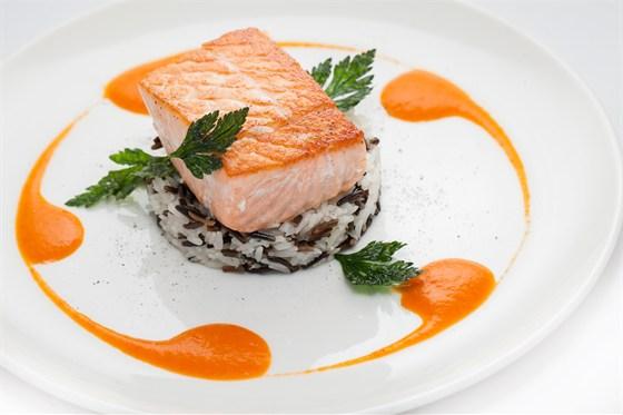 Ресторан Vinograd - фотография 2 - Лосось стейк с ругай соусом