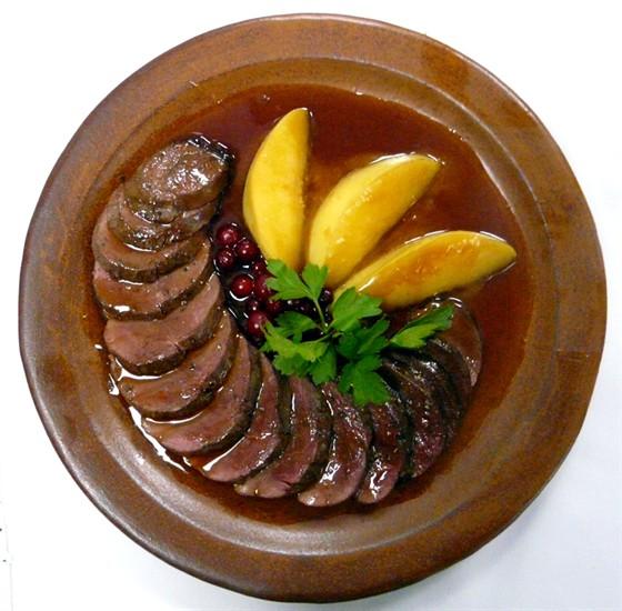 Ресторан Первак - фотография 10 - Сочная утиная грудка с айвой и медовым соусом