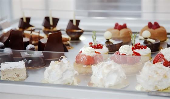 Ресторан Lightbar - фотография 4 - Десертная витрина