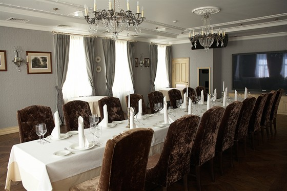 """Ресторан Круаж - фотография 9 - Зал """"Жемчужный"""" - вариант банкетной рассадки за одним столом - 3 этаж"""