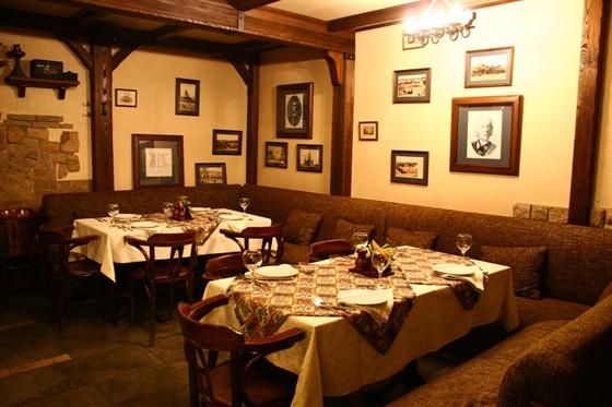 Ресторан Монетный двор - фотография 2 - Уютный отделяемый зал. При желании, зал прикрывается двумя шторами. Хорошо подходит для уединения дружной компанией, проведения совещания или закрытого обеда.