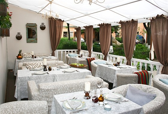Ресторан Колонна - фотография 12 - Летняя веранда