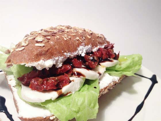 Ресторан Сэндвич-бар - фотография 27 - вегетарианский сэндвич с вялеными томатами и моццареллой