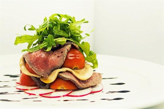 Ресторан Ньютон - фотография 5 - Кухня, Салат с ростбифом и сочными томатами  черри, мариноваными грибами и сладко-острым редисом