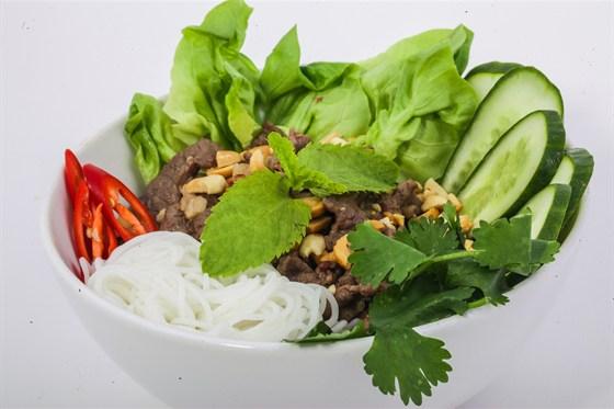 Ресторан Золотой бамбук - фотография 37 - БУН БО НАМ БО Рисовая лапша, говядина, арахис, стеллажи, базилик, кориандр, лимон, в рыбном соусе.