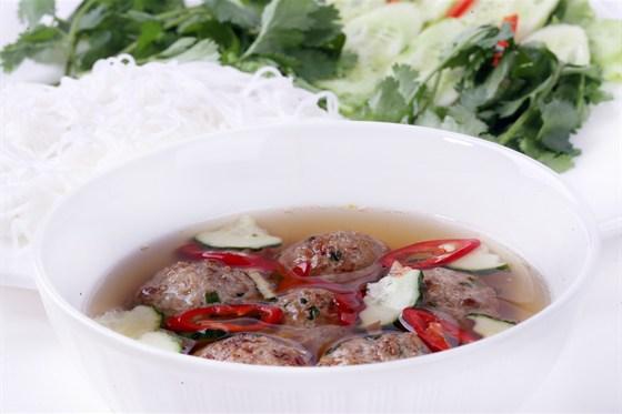 Ресторан Золотой бамбук - фотография 36 - БУН ЧА Рисовая лапша, свинина, лук, чеснок, сахар, рыбный соус, сахар, соль, перец, морковь, в рыбном соусе.