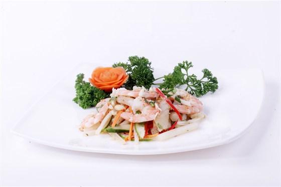 Ресторан Золотой бамбук - фотография 19 - НОМ ЗЫА Салат из креветок, кальмаров, ананаса, сельдерея, огурцов, кешью и зелени, заправленный, рыбный  соус.