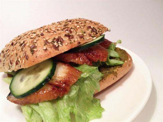 Ресторан Сэндвич-бар - фотография 26 - сэндвич с копченым угрем и соусом песто