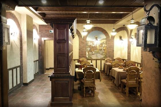"""Ресторан Портос - фотография 4 - Зал """"Винотека"""""""