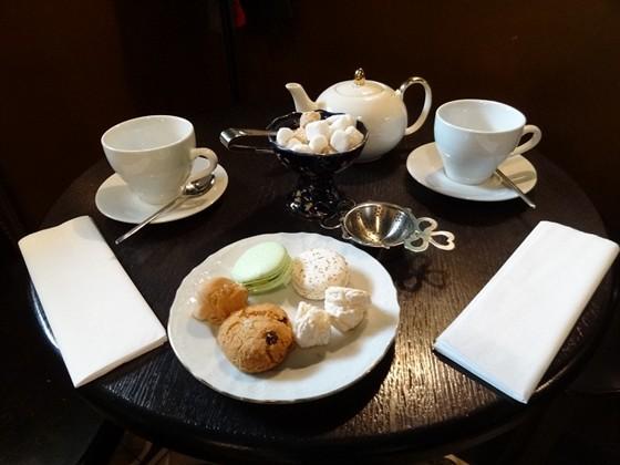 """Ресторан Мадам Буланже - фотография 10 - Сервировка чая с печеньем """"Макарони"""", кокосовым бизе, ореховым и овсяным печеньем"""