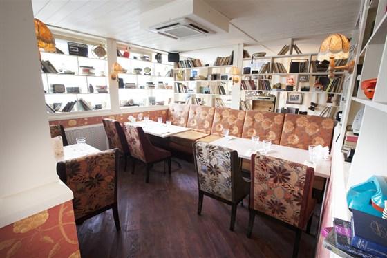 """Ресторан Хоум - фотография 1 - Зал """"Библиотека"""" - первый этаж ресторана, для тех кто любит """"спрятаться""""."""