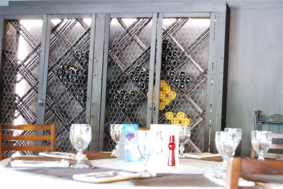 Ресторан Золотой барашек - фотография 13 - Винный шкаф.