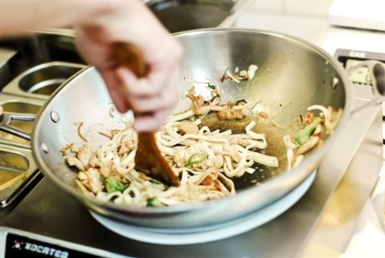 Ресторан Воккер - фотография 3 - Открытая кухня. Время приготовления 2-3 минуты.