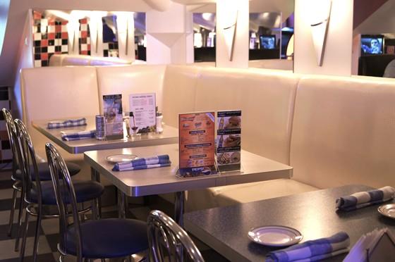 Ресторан Frendy's - фотография 7 - White couch seating
