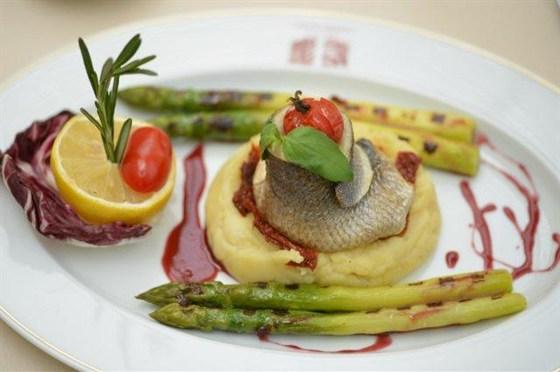 Ресторан L'altro Bosco Café - фотография 5 - Филе Сибаса с гранатовым соусом на подушке из картофеля со спаржей 2175 рублей — в L'Altro Bosco cafe.