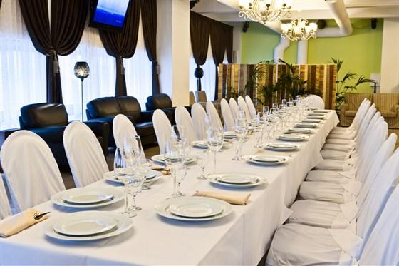 Ресторан Теплица - фотография 10 - Уютный банкетный зал. Стиль - классицизм. Оборудован аудио, видио и световой аппаратурой. Готов принять до 90 человек.