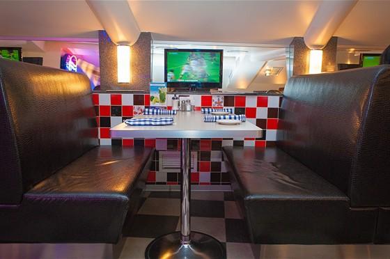 Ресторан Frendy's - фотография 15 - Уютный столик