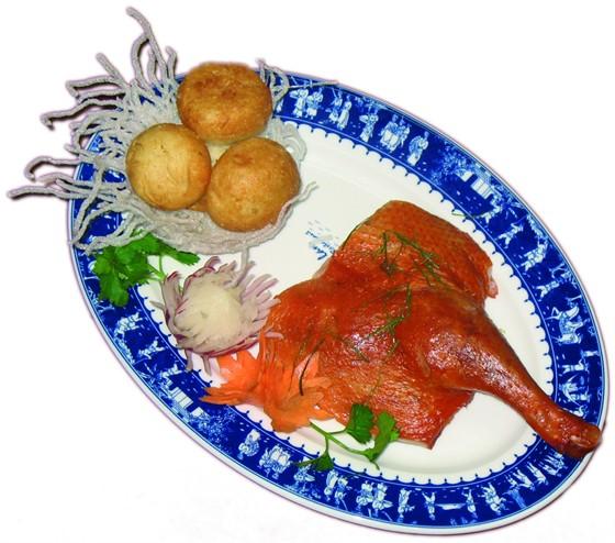 """Ресторан Синяя река - фотография 5 - """"Гнездо утки"""", 285 руб. Утка в специальном маринаде обжаривается на гриле. Подается с мини-булочками и листиками лайма"""