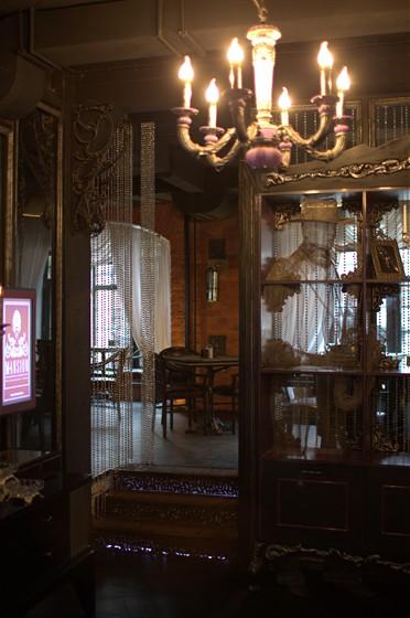 Ресторан Mansion - фотография 1 - очень красивый вход в зал для некурящих
