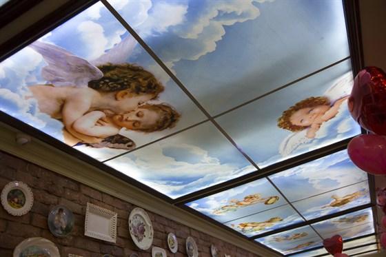 Ресторан Da Pino - фотография 1 - Витражи с ангелами на потолке.
