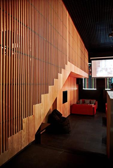 Ресторан Studio Basmati - фотография 10 - Интерьер кафе Studio Basmati (прежде оно называлось Studio 24) разработан модным московским архитектором Алексеем Козырем. В 2011 году на ХIII Международном фестивале архитектуре и дизайна проект занял первое место в номинации «Общественный интерьер».