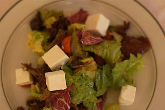 Ресторан На Знаменке - фотография 13 - салат из вяляных помидор,винограда и феты