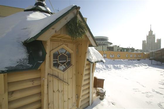 Ресторан Экспедиция. Северная кухня - фотография 12 - Деревянный домик на крыше зимой.