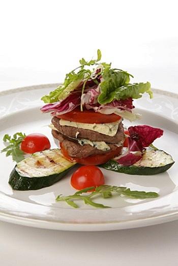 Ресторан Купец - фотография 19 - Теплый салат с говяжьей вырезкой и голубым сыром