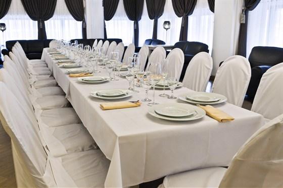 Ресторан Теплица - фотография 11 - Уютный банкетный зал. Стиль - классицизм. Оборудован аудио, видио и световой аппаратурой. Готов принять до 90 человек.