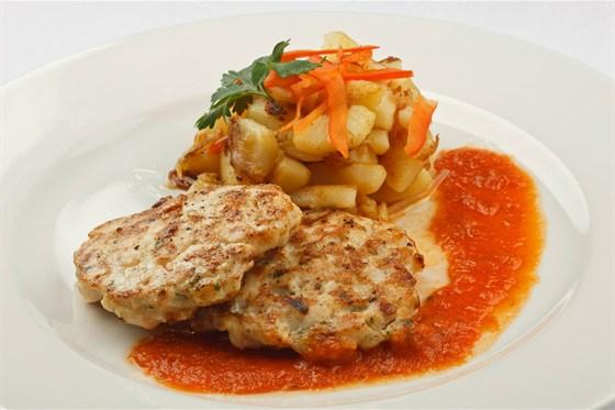 Ресторан Метаморфоз - фотография 17 - Котлетка из куриной грудки с картофелем жаренным по-домашнему и томатным соусом/ Бизнес Ланч