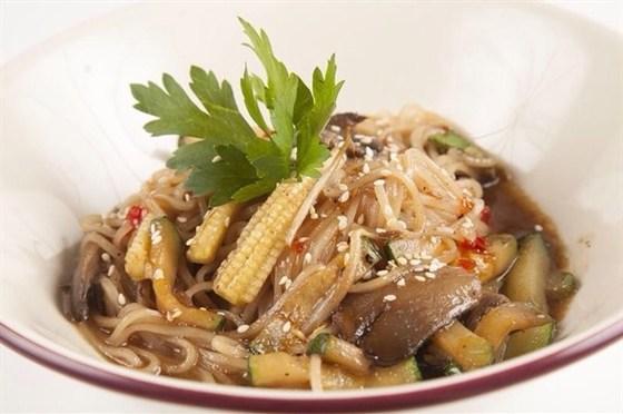 Ресторан Гриль-хофф - фотография 18 - Рисовая лапша с ростками сои, грибами, мини кукурузой, цуккини заправленная кунжутным маслом