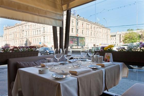 Ресторан Де Марко - фотография 14 - ВКУСНОЕ ЛЕТО В КАФЕ ДЕ МАРКО Изумительная летняя веранда, оформленная в стиле лучших итальянских курортов, встретит вас гостеприимством и навеет воспоминания о прибое, парусниках и беззаботном отдыхе.