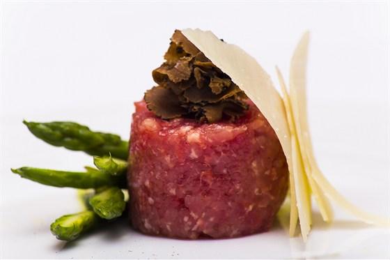 Ресторан Sorbetto - фотография 17 - Сырая рубленая говядина со спаржей, с черным трюфелем и пармезаном 100/60 880 руб.
