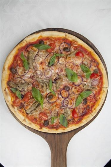 Ресторан Оливетта - фотография 11 - Пицца с тунцом и маринованными артишоками
