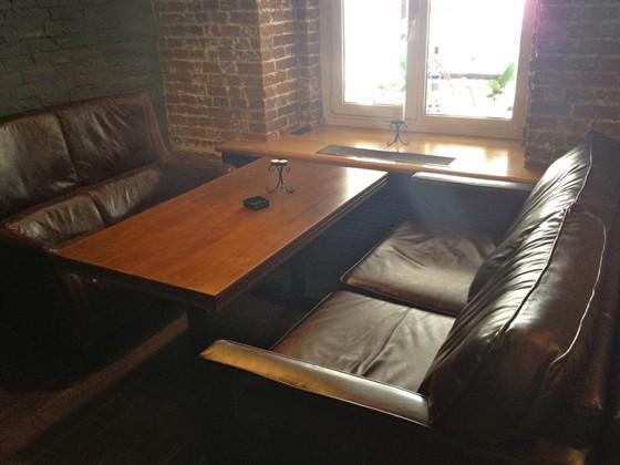 Ресторан Main Bar - фотография 11 - Уютные диванчики - таких столов три